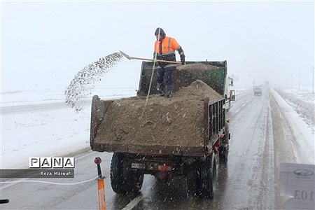 تلاش راهداران در جادههای برفی ارومیه |