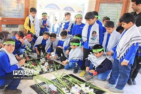 عطر افشانی و گل گزاری قبور مطهر شهدا در آستانه یادواره شهدای فرهنگی و دانشآموزی استان بوشهر |