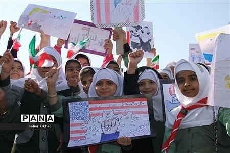 حضور پرشور دانشآموزان شهرستان زهک در راهپیمایی 13 آبان |