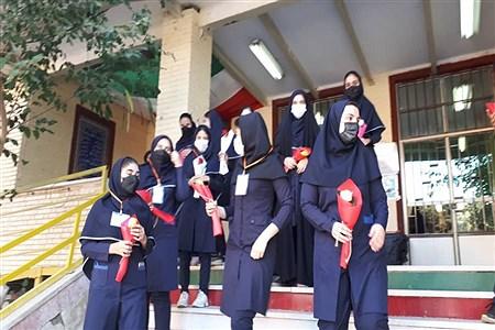 تقدیم گل به گل دختران آموزش و پرورش ناحیه دو بهارستان | Zakiye Felegari