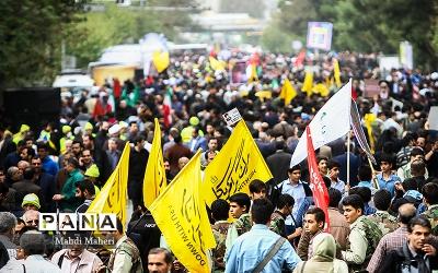 شور و حال دانشآموزان در راهپیمایی 22 بهمن امسال